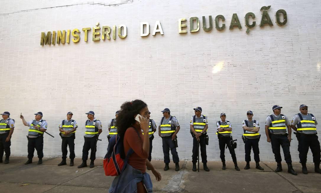 Policiais protegem o prédio do MEC, em Brasília, em dia de protesto contra o corte de verbas na Educação Foto: Jorge William / Agência O Globo