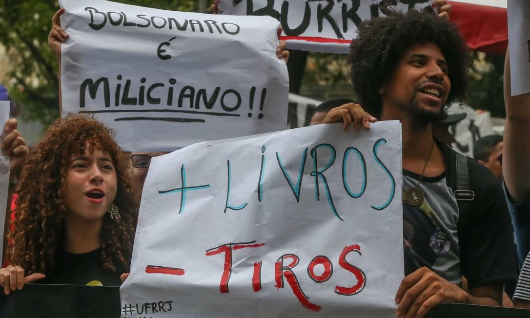 Mais livros, menos tiros, diz cartaz levado por estudantes para ato no Rio Foto: Marcelo Regua / Agência O Globo