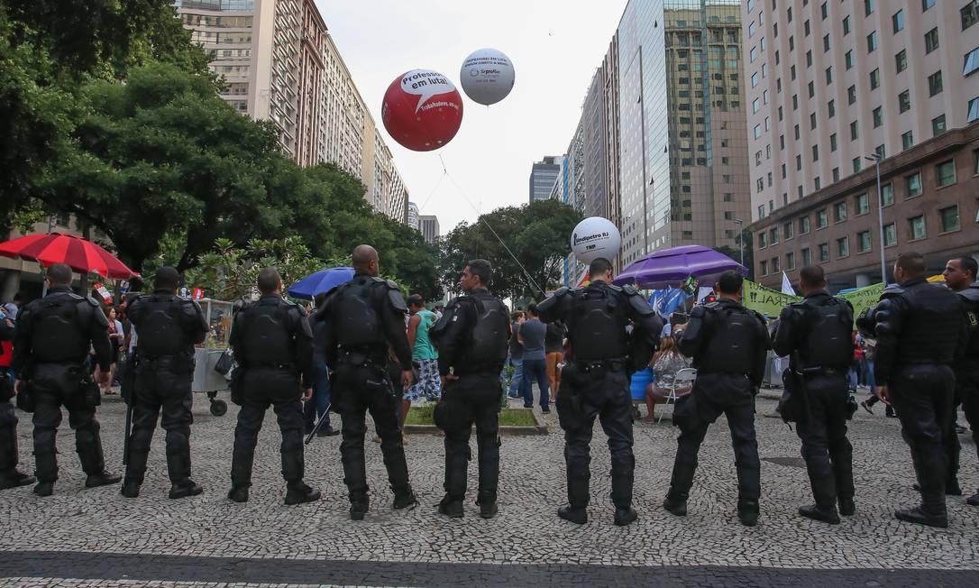 Policiais acompanham manifestação de estudantes e professores durante concentração na Candelária Foto: Marcelo Regua / Agência O Globo