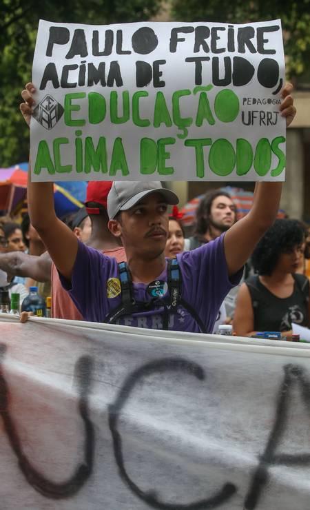 Cartaz com referência ao educador Paulo Freire ironiza slogan de campanha do presidente Jair Bolsonaro Foto: Marcelo Regua / Agência O Globo