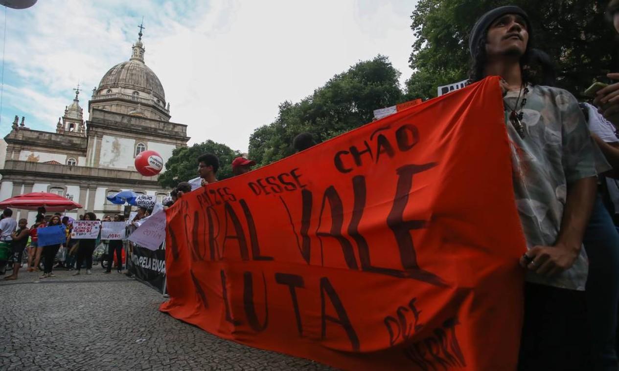 Manifestantes em concentração de ato na Candelária, no Centro do Rio, na tarde desta quinta Foto: Marcelo Regua / Agência O Globo