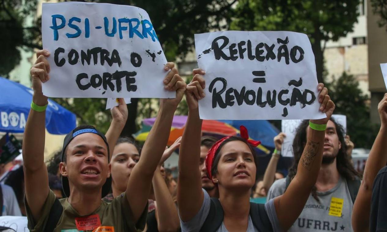Estudantes da UFRRJ levantam cartazes em ato na Candelária. Esta é a segunda manifestação organizada contra o contingenciamento de recursos para instituições de ensino superior, anunciado pelo governo no fim de abril Foto: Marcelo Regua / Agência O Globo