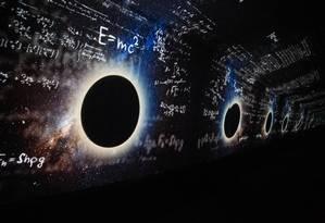 Imersão. Área no centro de visitantes apresenta vídeo em fundo infinito com informações sobre o museu e o observatório nacional, além de contar curiosidades a respeito de descobertas Foto: Gabriela Fittipaldi / Agência O Globo