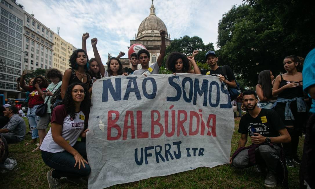 Estudantes e professores voltaram às ruas em manifestações contra o contingenciamento de recursos para instituições de ensino superior, anunciado pelo governo no fim de abril Foto: Brenno Carvalho / Agência O Globo