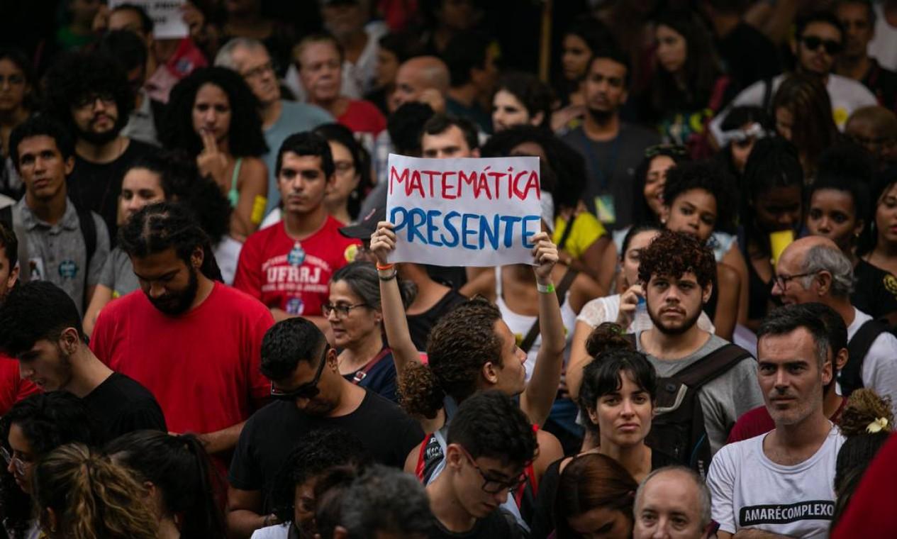 Matemática presente em manifestação contra cortes de verbas na educação Foto: Brenno Carvalho / Agência O Globo