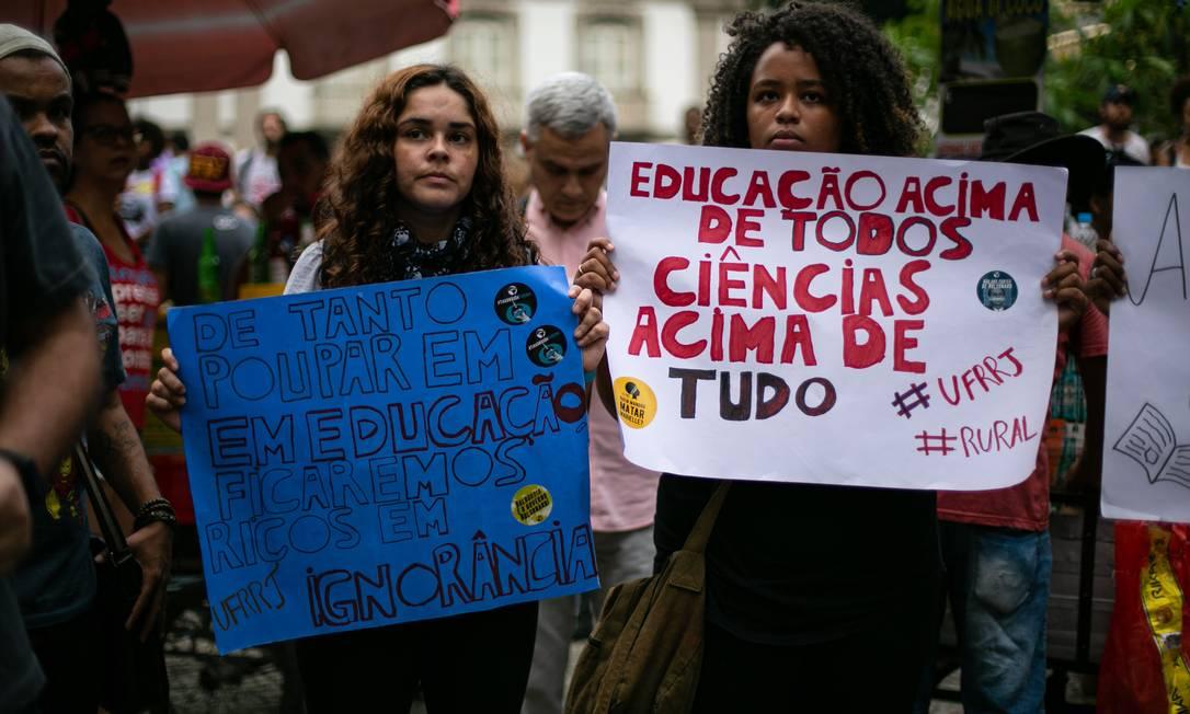 Estudantes carregam mensagens contra medidas do governo Bolsonaro. Ministro da Educação, Abraham Weintraub, anunciou no final de abril, um contingenciamento de recursos para instituições de ensino superior Foto: Brenno Carvalho / Agência O Globo
