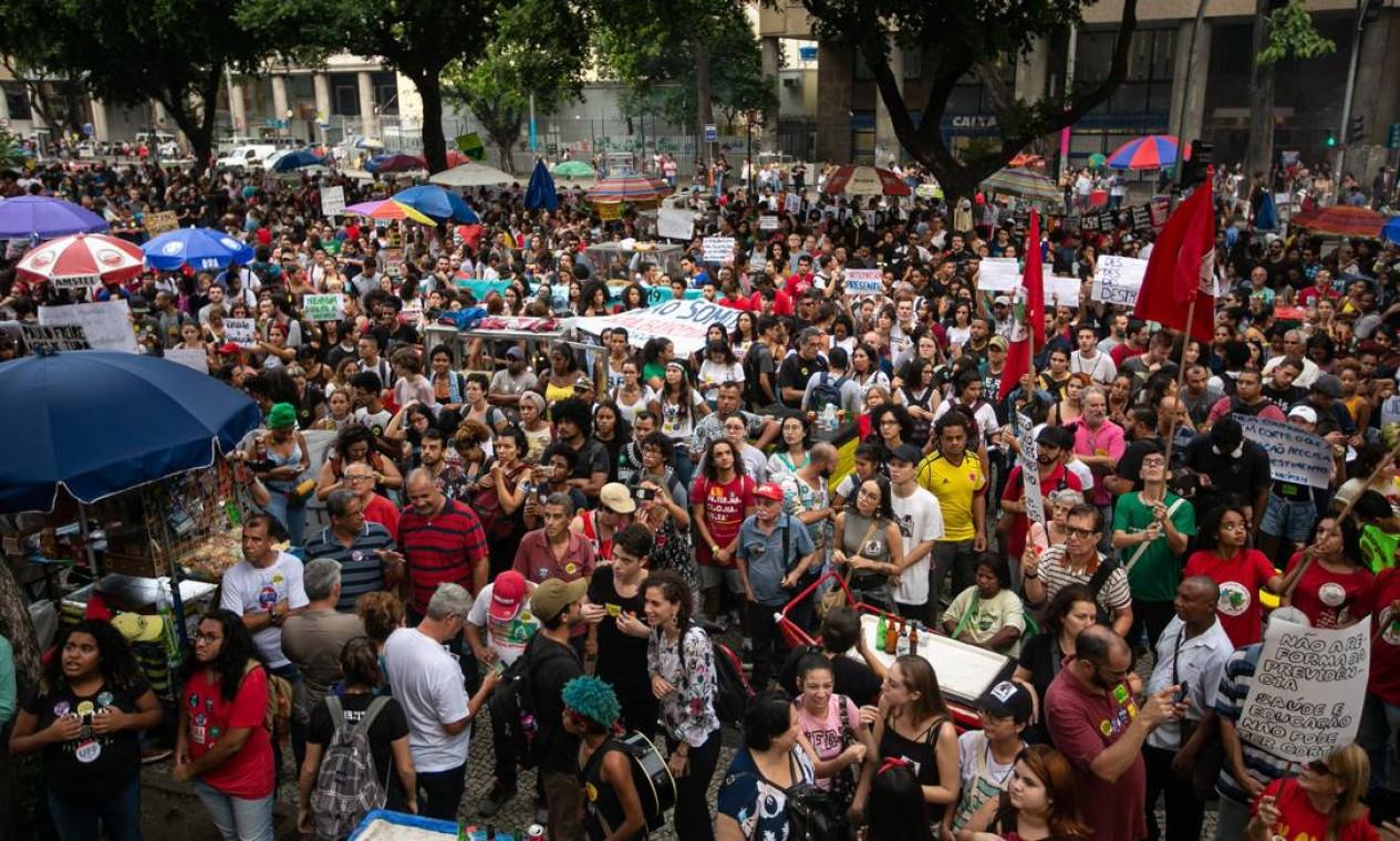 Manifestantes começam a lotar a Avenida Presidente Vargas, no centro do Rio Foto: Brenno Carvalho / Agência O Globo