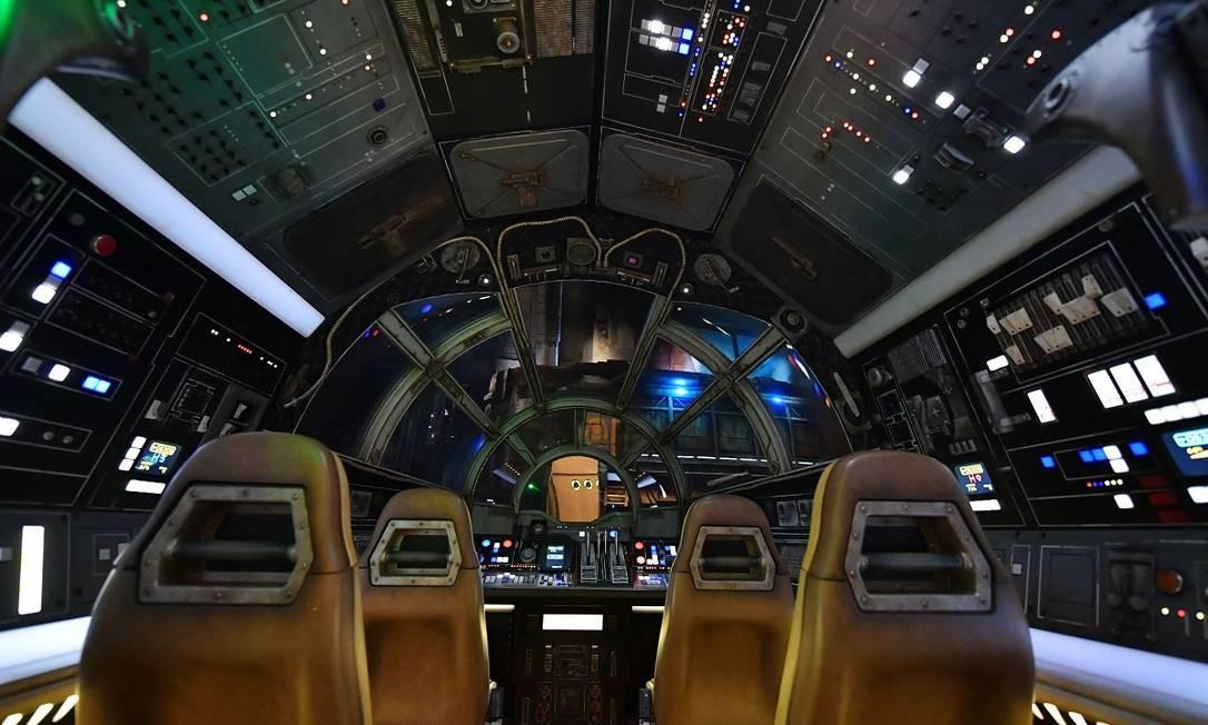Cabine do simulador Millennium Falcon: Smugglers Run, onde cada visitante fica responsável por um missão e a experiência depende do sucesso da tripulação Foto: Amy Sussman / AFP