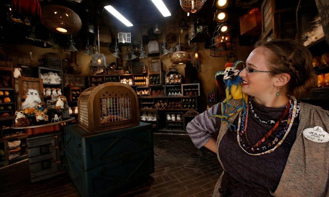 A vendedora Julia Millard mostra algumas das exóticos bichinhos de pelúcia da loja Creature Stall, na área Star Wars: Galaxy's Edge da Disneyland Foto: MARIO ANZUONI / REUTERS