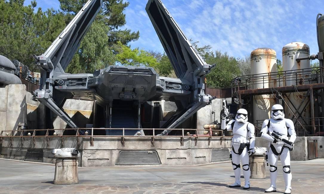 Stormtroopers em frente ao modelo inédito de TIE Fighter, nave desenhada especialmente para a área Star Wars: Galaxy's Edge, na Disneyland Foto: Amy Sussman / AFP