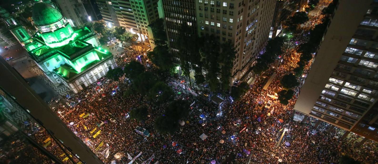 Manifestação em defesa da Educação e contra a reforma da Previdência na Candelária Foto: Marcelo Regua / Agência O Globo