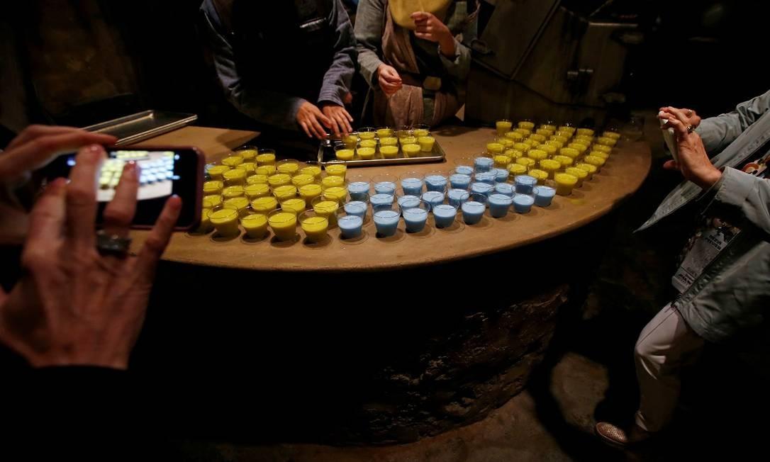 As bebidas refrescantes que simulam os leites azul e verde dos filmes, servidos durante a cerimônia de inauguração da área temática Foto: Mario Anzuoni / REUTERS