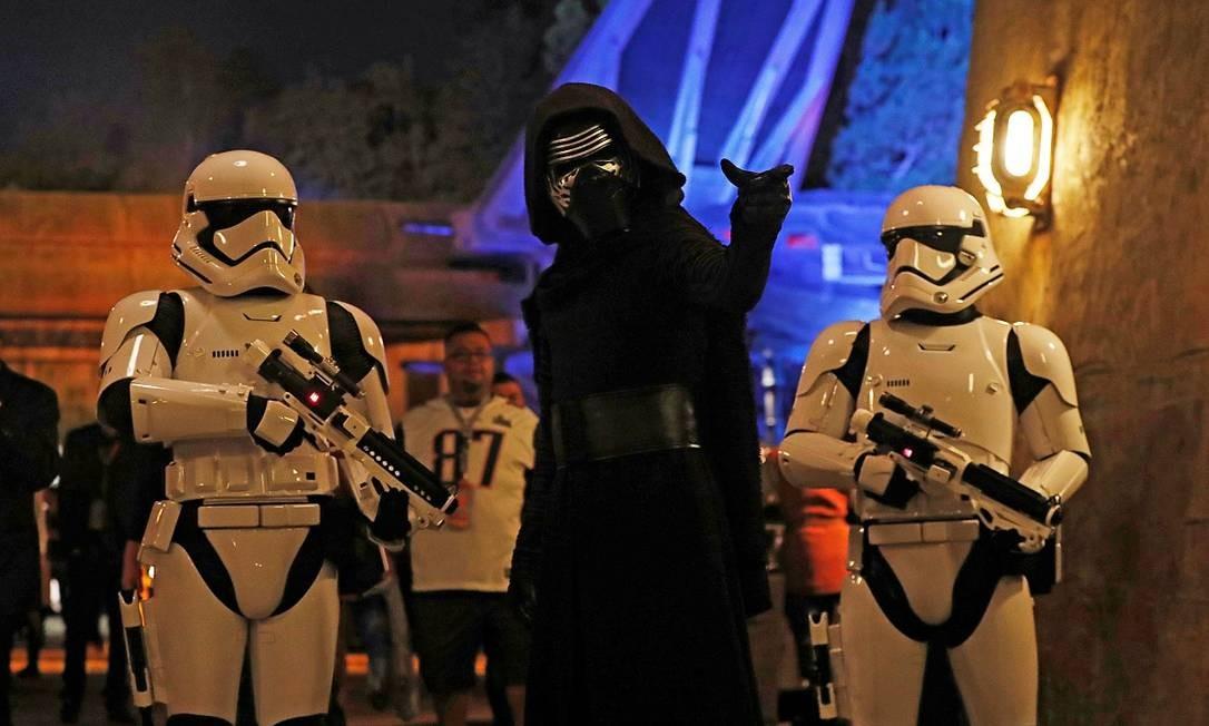 Visitantes poderão encontrar personagens dos filmes, como Kylo Ren e os stormtroopers no parque da Califórnia Foto: MARIO ANZUONI / REUTERS