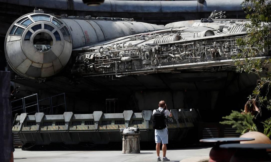 Homem fotografa a Millennium Falcon, principal atração da primeira fase da inauguração de Star Wars: Galaxy's Edge na Disneyland Foto: MARIO ANZUONI / REUTERS