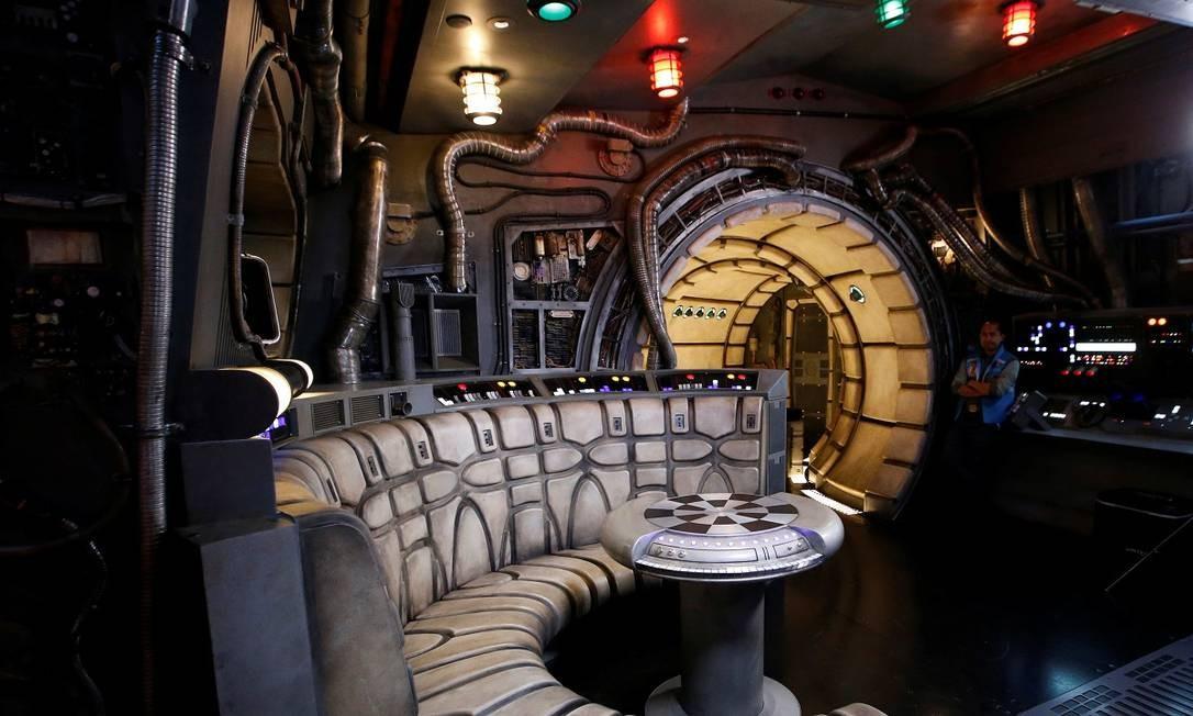 A atração impressiona pela riqueza de detalhes, inclusive para retratar o interior da nave, com direito à mesa de jogos que aparece nos filmes Foto: MARIO ANZUONI / REUTERS