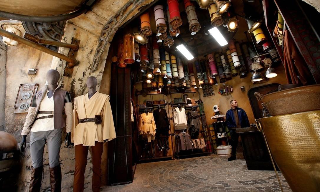 """Lojas do parque também vendem roupas para quem quiser se vestir no melhor estilo """"Guerra nas estrelas"""" Foto: MARIO ANZUONI / REUTERS"""