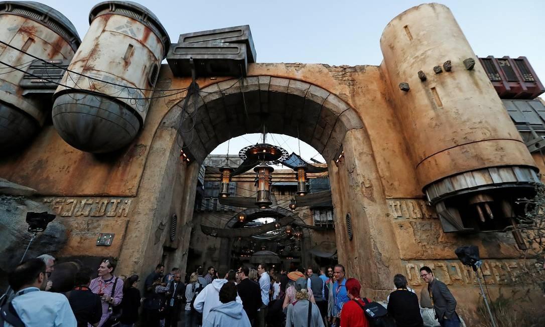 Portão que separa Star Wars: Galaxy's Edge do resto da Disneyland, em Anaheim Foto: MARIO ANZUONI / REUTERS