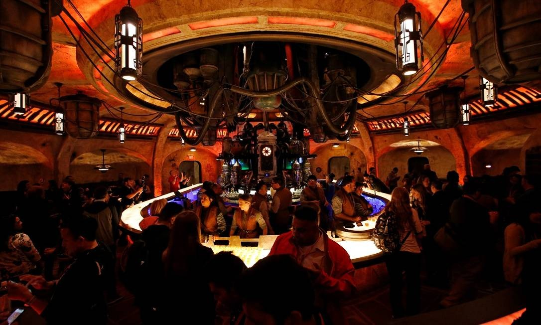 E um dos bares, onde será, inclusive, servido bebida alcoólica, o que não é muito comum nos parques da Disney Foto: MARIO ANZUONI / REUTERS
