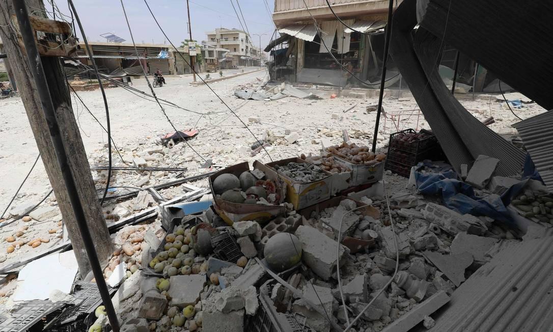 Uma loja de frutas e verduras é fortemente danificada após um ataque aéreo relatado pelas forças do regime e seus aliados na cidade mercantil de Kfar Ruma, na província de Idlib, sudoeste da Síria Foto: OMAR HAJ KADOUR / AFP