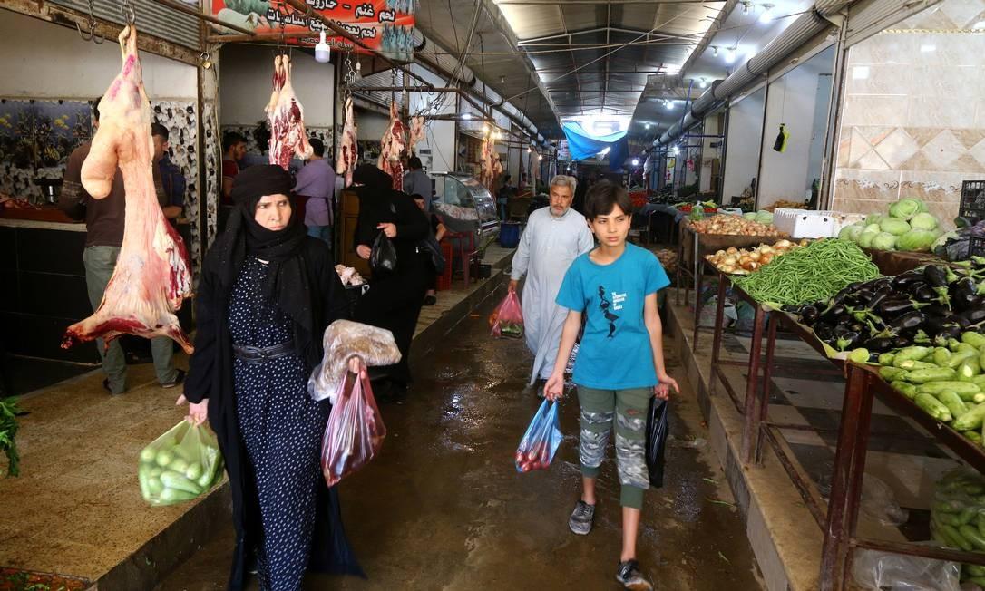 As pessoas vão às compras em mercado durante o mês de jejum muçulmano do Ramadã em Raqqa Foto: ABOUD HAMAM / REUTERS