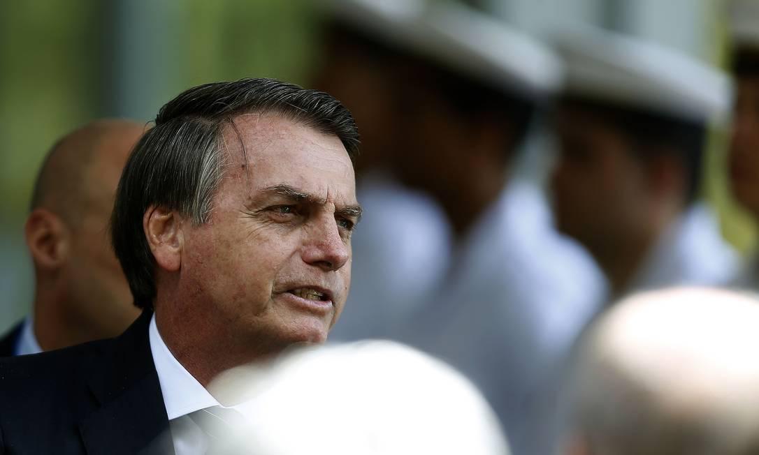 O presidente Jair Bolsonaro fala com a imprensa após sair de uma visita ao Ministério da Marinha Foto: Jorge William 29-05-2019 / Agência O Globo
