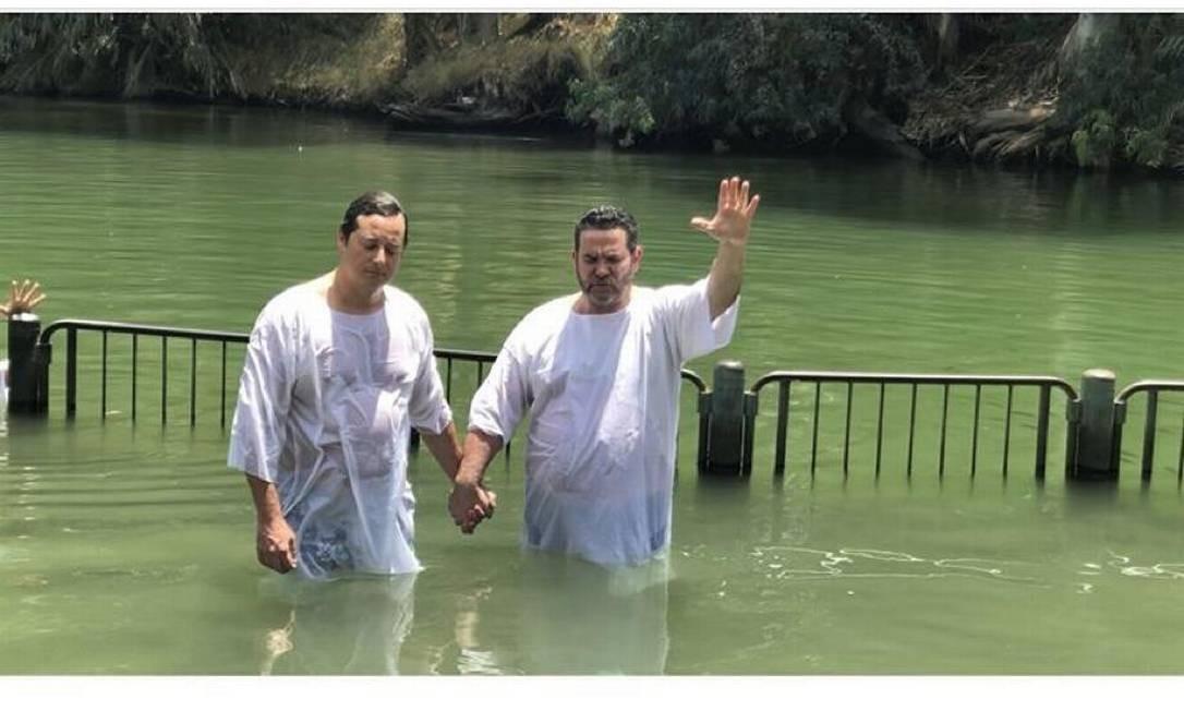 Fábio Wajngarten sendo abençoado no Rio Jordão por um pastor evangélico. Foto: Reprodução/Instagram / Reprodução/Instagram