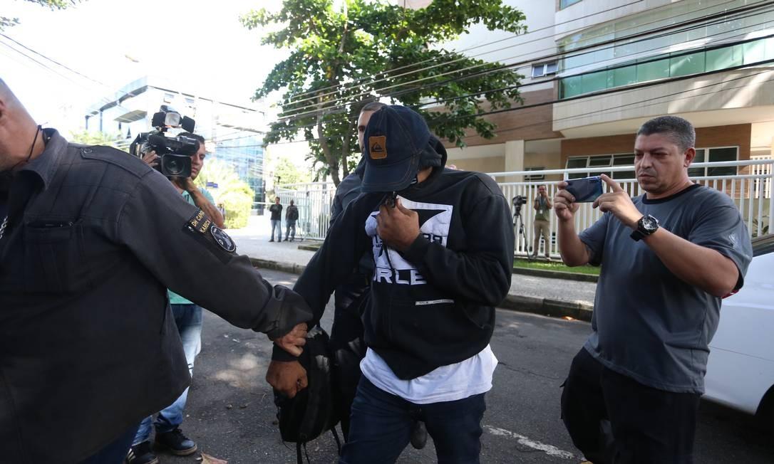 O PM Ferreirinha negocia sua rendição à Polícia Civil Foto: Fabiano Rocha / Agência O Globo