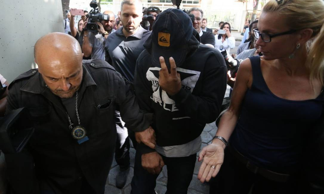 O PM Rodrigo Jorge Ferreira, o Ferreirinha negocia sua rendição e é preso Foto: Fabiano Rocha / Agência O Globo
