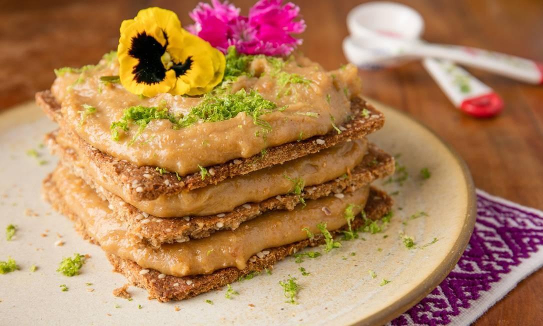 .Org. Pavê de amendoim com biscoito de gergelim, creme de amendoim vegano e raspinha de limão Foto: Tomas Rangel / Divulgação