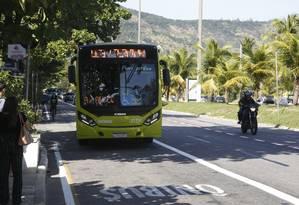 Passageiros esperam por ônibus na Avenida Quintino Bocaiuva, em São Francisco, que ganhou uma faixa só para coletivos essa semana. Foto: Fábio Guimarães / Agência O Globo