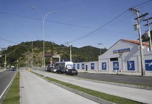 Trecho perigoso. Sinal de trânsito no acesso ao túnel, próximo à AABB: motoristas tiveram carros roubados ali Foto: Fábio Guimarães / Agência O Globo