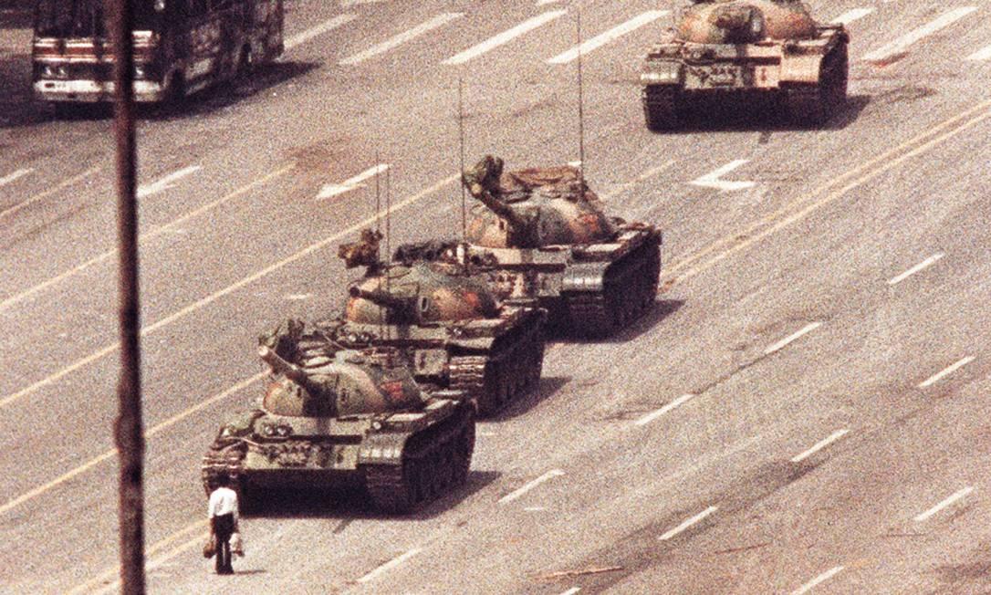 Virou histórica a imagem de um homem, identificado por alguns meios de comunicação como o universitário Wang Weillin, de 19 anos, que tentou parar um comboio de tanques na Avenida da Paz Eterna, na Praça da Paz Celestial (Tiananmen), em Pequim, em 5 de junho de 1989. Sua identidade nunca foi confirmada Foto: Arthur Tsang / Agência O Globo