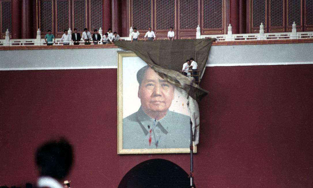 Trabalhadores tentam cobrir o retrato de Mao Tsé-Tung na Praça da Paz Celestial, em Pequim, China, em 23 de maio de 1989 Foto: STRINGER / REUTERS