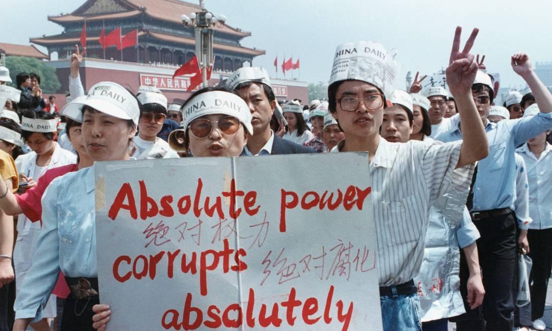 Um grupo de jornalistas apoia o protesto pró-democracia na Praça da Paz Celestial, Pequim, em 17 de maio de 1989 Foto: REUTERS FILE PHOTO / REUTERS