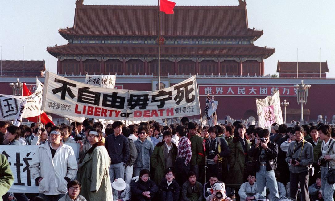 Em 14 de maio de 1989, estudantes e moradores locais se reúnem na Praça da Paz Celestial após uma greve de fome como parte do ato pró-democracia e contra o governo chinês Foto: Catherine HENRIETTE e Greg Baker / AFP