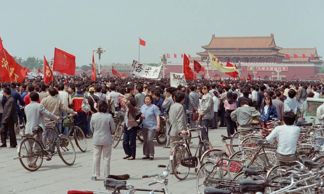 Em 15 de maio de 1989, pessoas reunidas durante um protesto pró-democracia na Praça da Paz Celestial, em Pequim Foto: Greg Baker e Toshio SAKAI / AFP