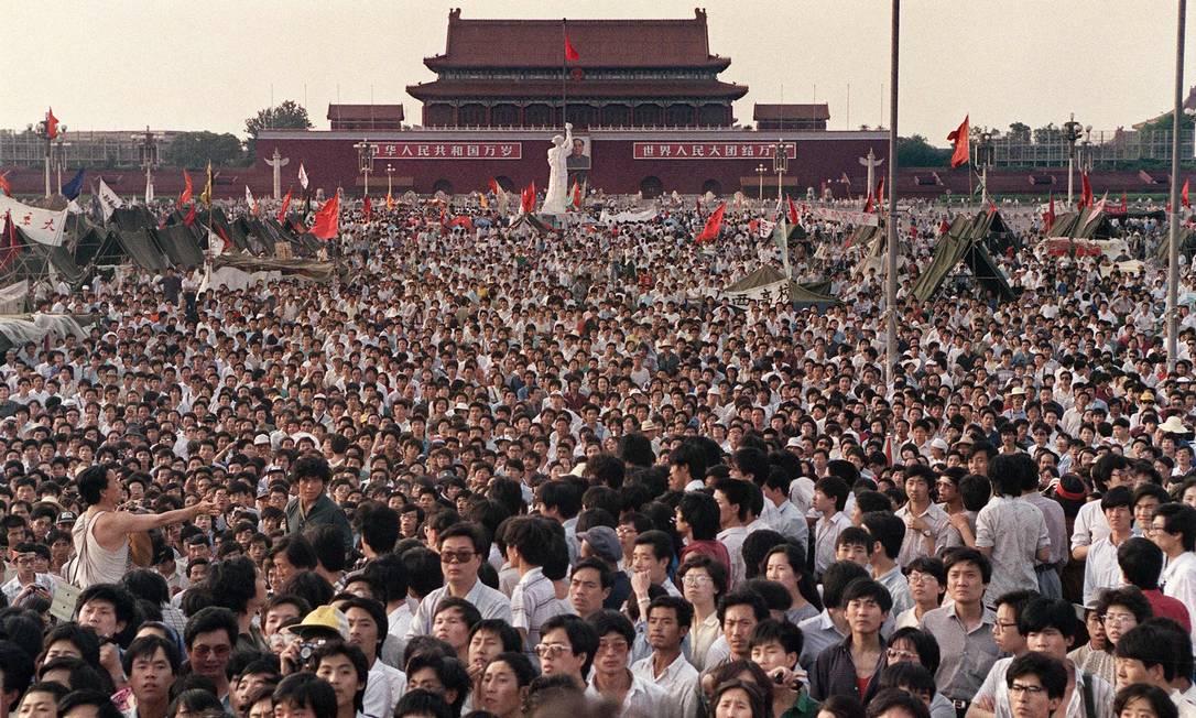 Em 2 de junho de 1989, manifestantes pró-democracia reunidos perto da estátua improvisada da Deusa da Democracia, na Praça da Paz Celestial, em Pequim Foto: Catherine HENRIETTE e Greg Baker / AFP