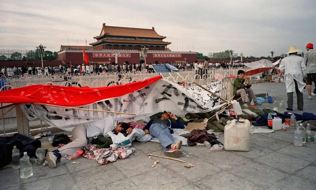 Em 29 de maio de 2019, estudantes chineses dormem na Praça da Paz Celestial em Pequim, no nono dia do Movimento da Primavera de Pequim Foto: NAOCHIRO KIMURA e Greg Bake / AFP