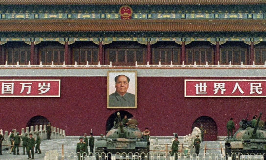 Soldados e tanques do Exército de Libertação do Povo Chinês guardam o Portão da Paz Celestial e o retrato do Presidente Mao Tse-Tung na Praça da Paz Celestial, em Pequim, China, em 9 de junho de 1989, após o massacre dos estudantes. Trinta anos depois, a segurança está reforçada na região para evitar novas manifestações Foto: STRINGER / REUTERS