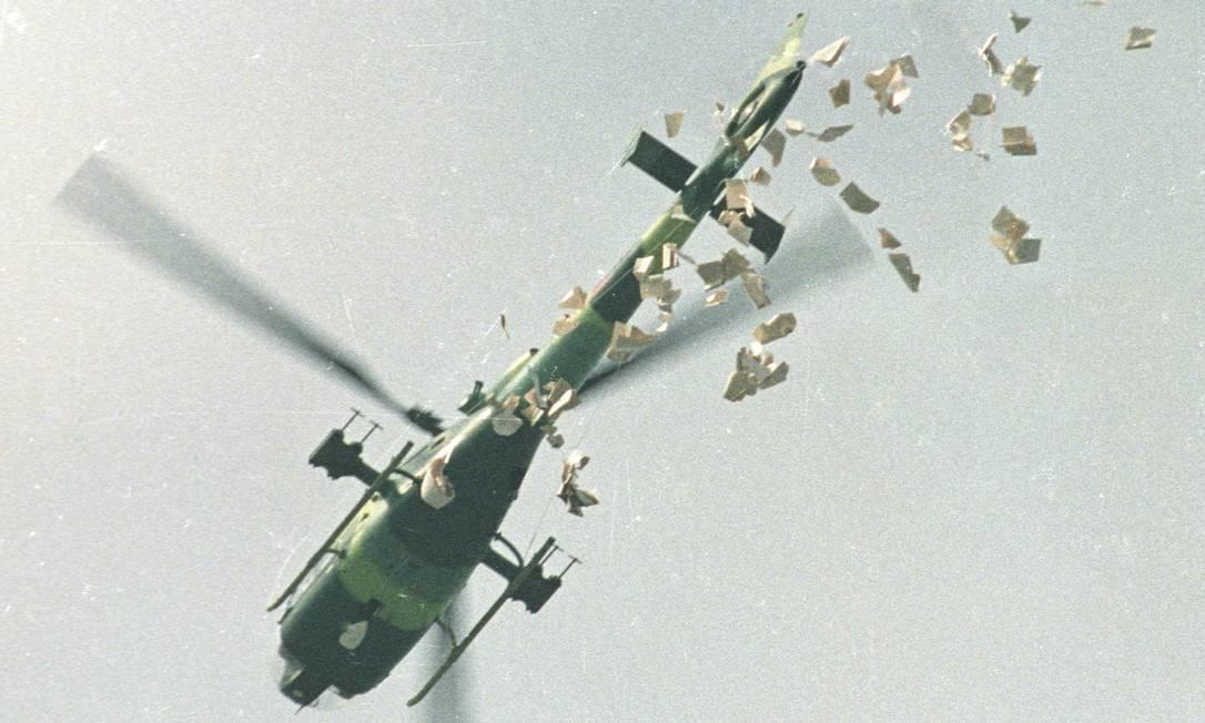 Um helicóptero militar lança panfletos sobre a Praça da Paz Celestial em Pequim, em 22 de maio de 1989, em que informam que os manifestantes estudantis deveriam deixar o local o mais rapidamente possível na manhã de segunda-feira Foto: STRINGER / REUTERS