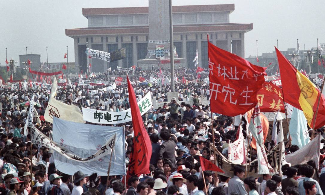 Centenas de milhares de pessoas lotam a Praça da Paz Celestial, na China, em 17 de maio de 1989, em frente ao Monumento aos Heróis do Povo e ao mausoléu de Mao Mao Tse-Tung. Manifestações se arrastaram até 4 de junho, quando veio a repressão do governo Foto: STRINGER / REUTERS
