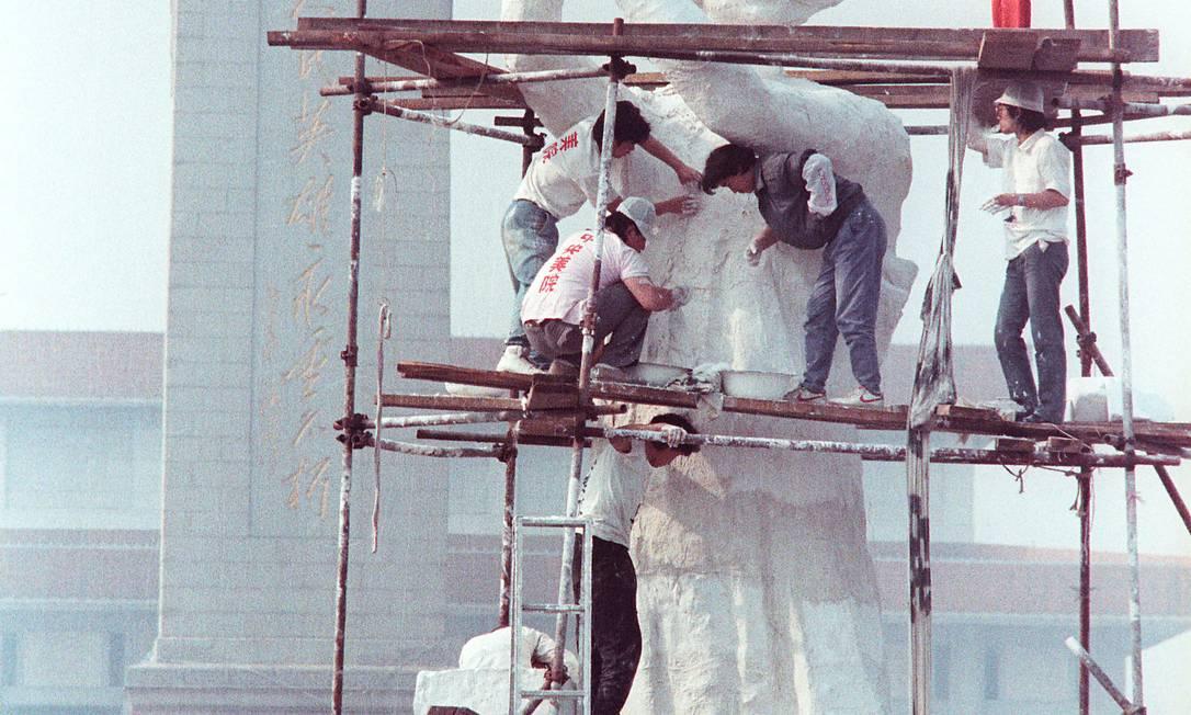 """Ativistas estudantis erguem a estátua da """"Deusa da Democracia"""", em papel machê, perto da Praça da Paz Celestial, Pequim, em 29 de maio de 1989 Foto: STRINGER / REUTERS"""