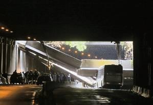 Os dois sentidos do Túnel Acústico Rafael Mascarenhas, que liga a Barra da Tijuca à Zona Sul do Rio, foram interditados após uma estrutura de concreto desabar sobre um ônibus no sentido São Conrado Foto: Pablo Jacob / Agência O Globo