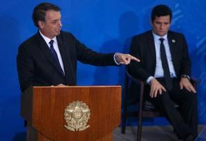 O presidente Jair Bolsonaro e o ministro da Justiça Sergio Moro em cerimônia de assinatura de decreto que flexibilizou o porte de armas, no início de maio Foto: Daniel Marenco / Agência O Globo