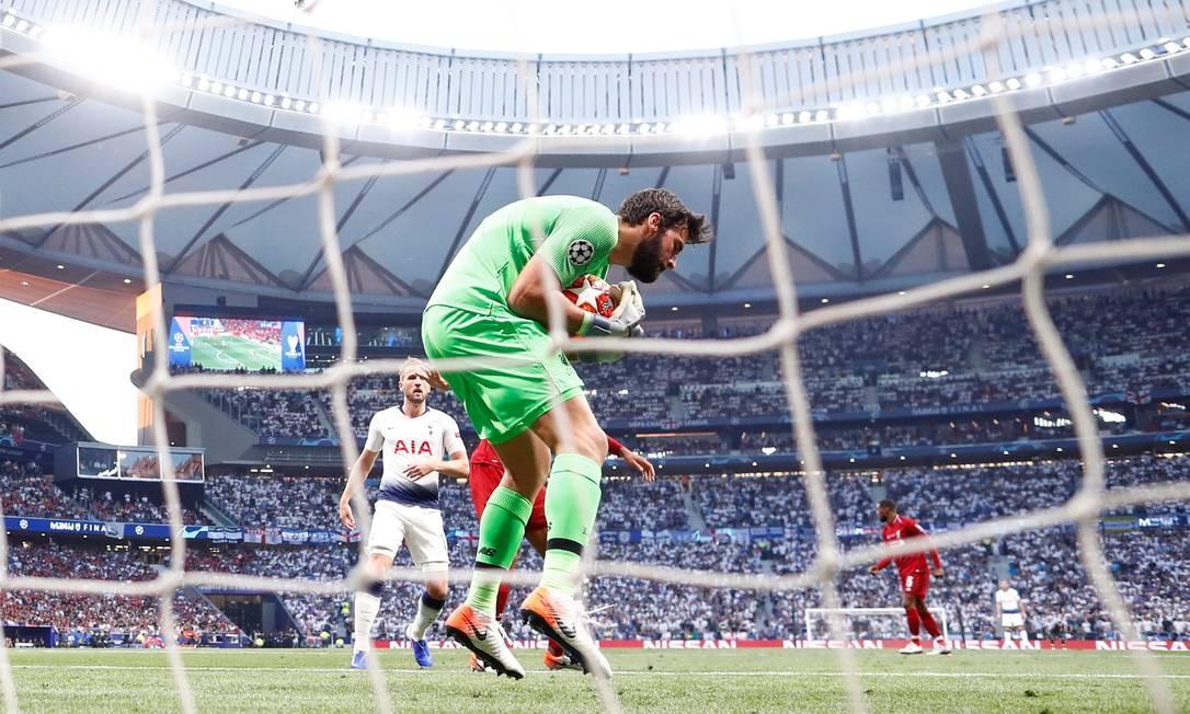 Alisson, do Liverpool, em ação Foto: KAI PFAFFENBACH / REUTERS