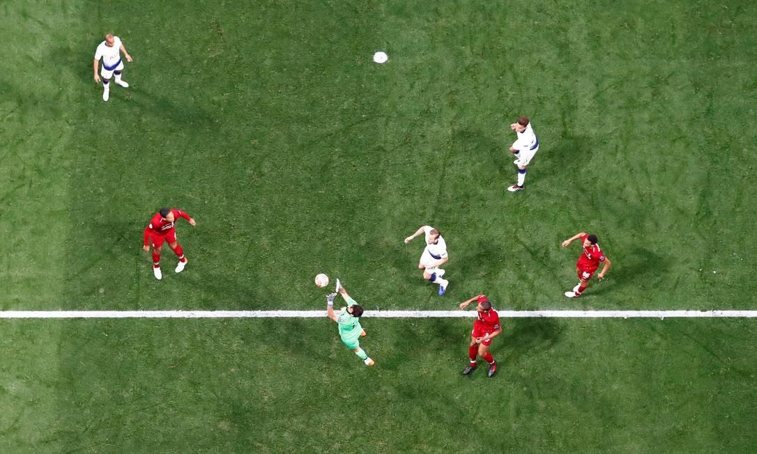 Alisson defende afasta bola do gol do Liverpool Foto: PAWEL KOPCZYNSKI / REUTERS