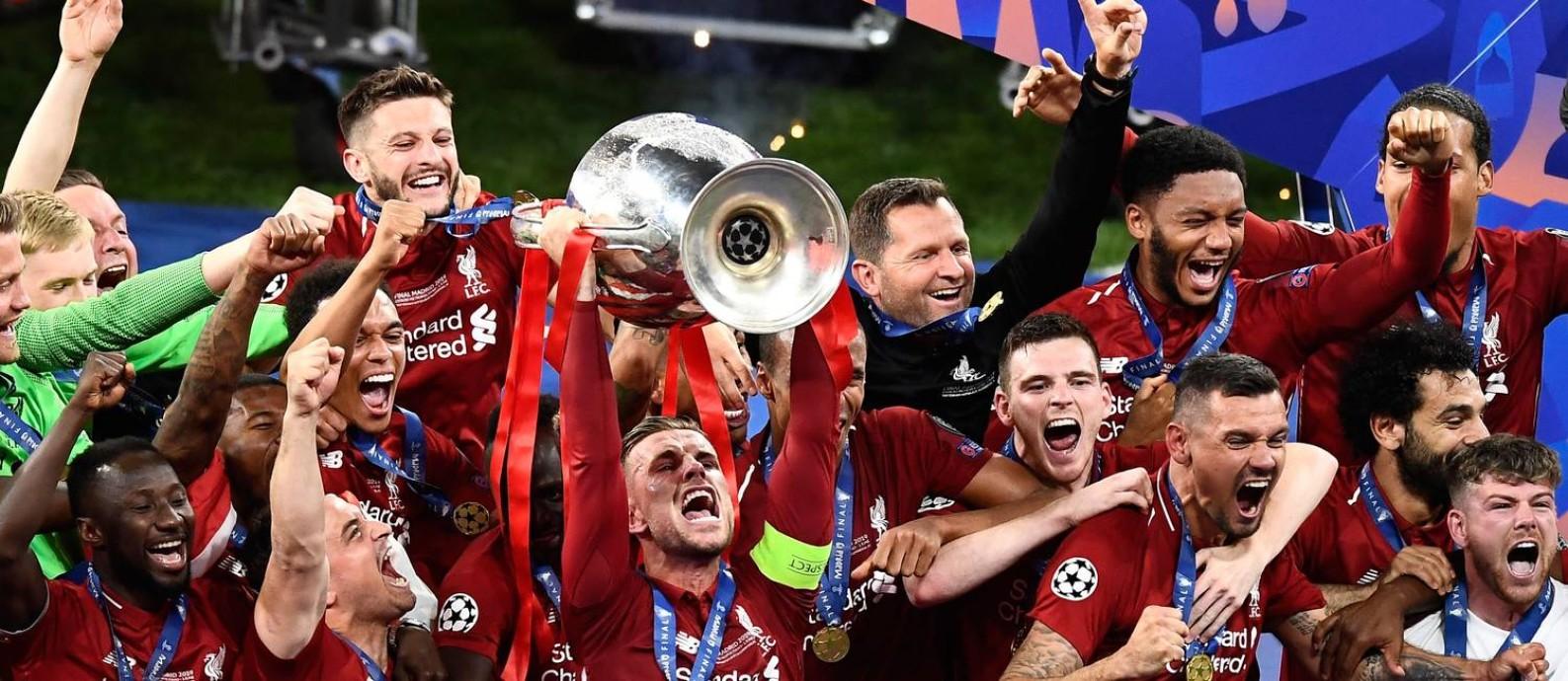 Henderson ergue a Liga dos Campeões após a vitória do Liverpool sobre o Tottenham Foto: OSCAR DEL POZO / AFP
