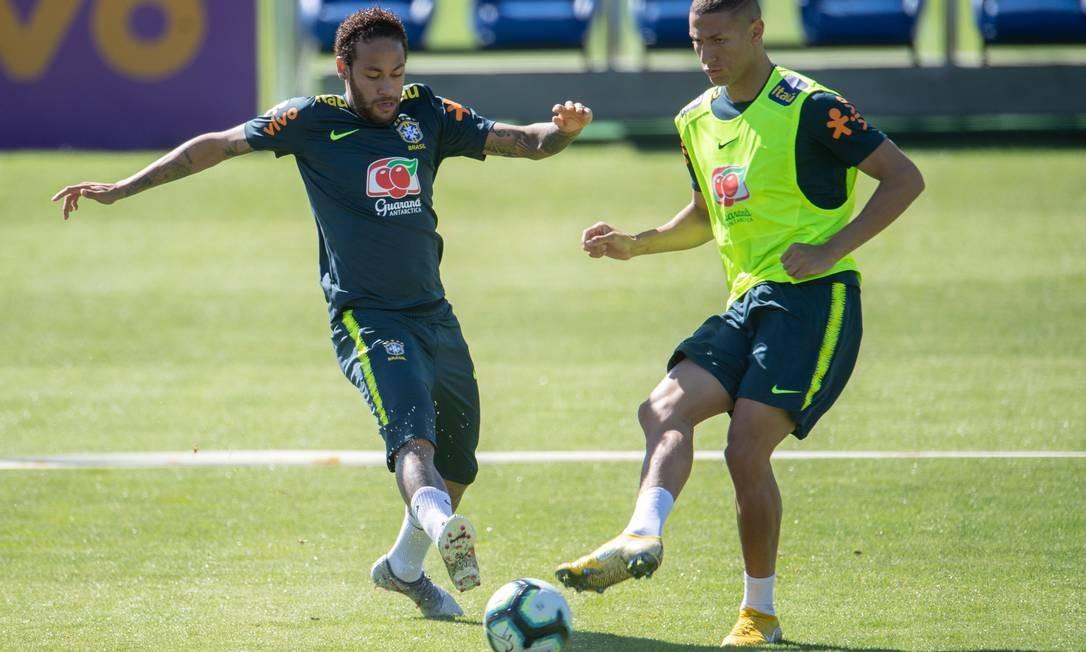 Neymar e Richarlison são destaques do encontro de gerações na seleção brasileira Foto: MAURO PIMENTEL / AFP