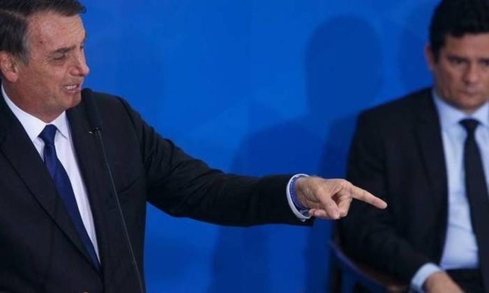 O presidente Jair Bolsonaro e o ministro da Justiça Sergio Moro em cerimônia de assinatura de decreto que flexibilizou o porte de armas, no início de maio Foto: Agência O Globo