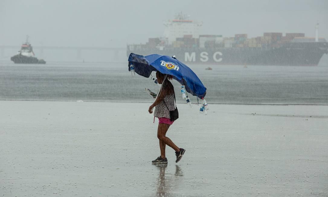 Praça Mauá foi um dos locais atingidos por chuva forte Foto: Brenno Carvalho / Agência O Globo